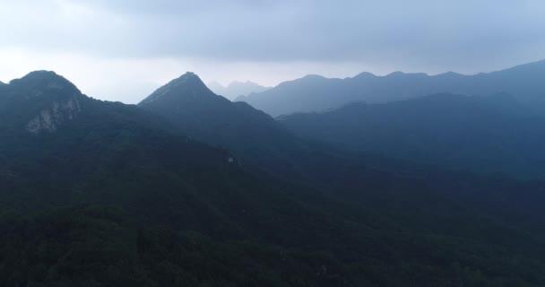 Letecký pohled na tmavě krásné čínské hory krajiny
