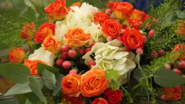 Svatební kytice růží, hortenzie, Hypericum a eukalyptové větve
