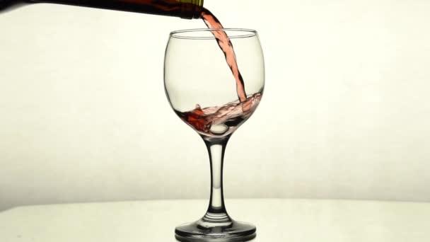 a vörösbort üvegből üvegbe öntik