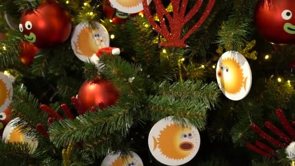Weihnachtsschmuck am Weihnachtsbaum. Fisch- und Wasserwelt.