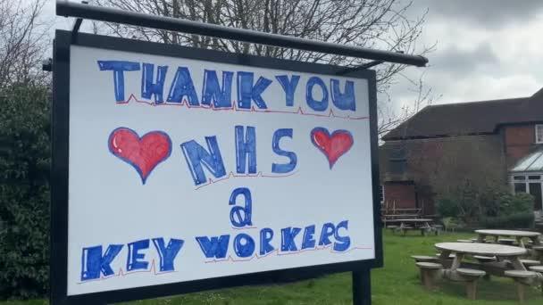 LONDON, UK - 4. April 2020: Danke NHS Gesundheitswesen handgezeichnete Botschaft
