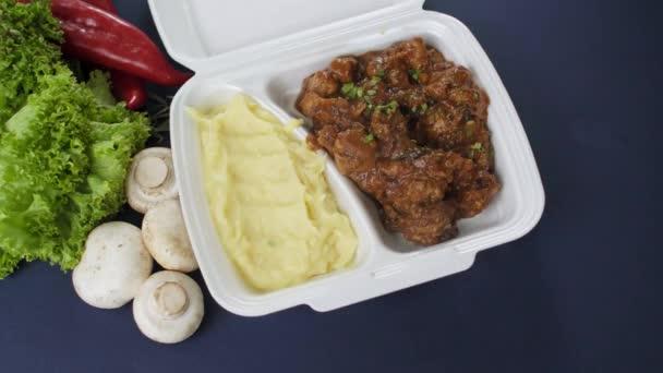 Balení jídla s sebou v polystyrénové krabici. Čerstvé jídlo s gulášem a bramborovou kaší