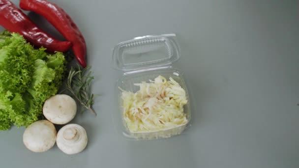Balení jídla s sebou v plastové krabici. Čerstvé jídlo s balením se salátem