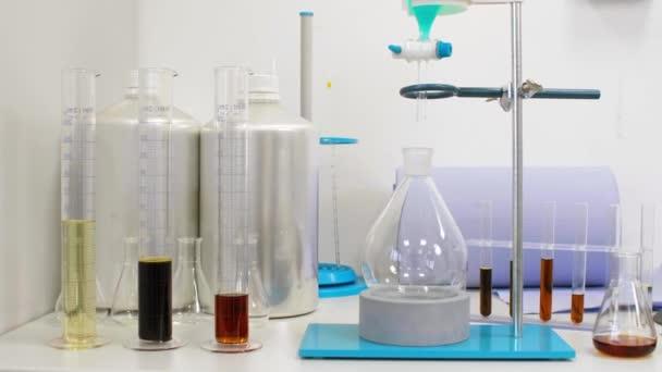 CBD-olaj, kendermag és terpének üvegben a laboratóriumi asztalon
