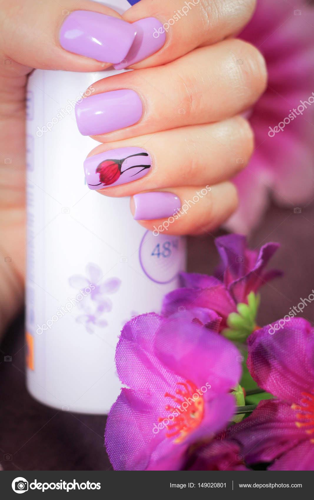 Das Design der Nägel Frühling Stil in der hand eine Dose deodorant ...