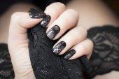 Maniküre ähnelt schwarzen Strümpfen
