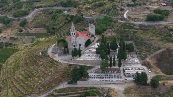 Letecký panoramatický výhled na katedrálu sv. Mikuláše ve městě Komiža - jedno z četných přístavních měst v Chorvatsku, oranžové střechy domů, hora je na pozadí