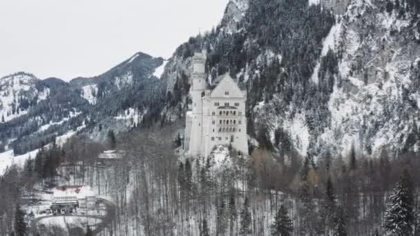 Luftaufnahme des königlichen Schlosses Neuschwanstein in Bayern, Deutschland. Das berühmte bayerische Ortsschild am Wintertag, Bild von der riesigen Größe