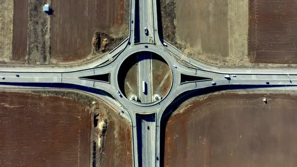 Letecký bezpilotní pohled na kruhový objezd s dopravou v Ploiesti, Rumunsko