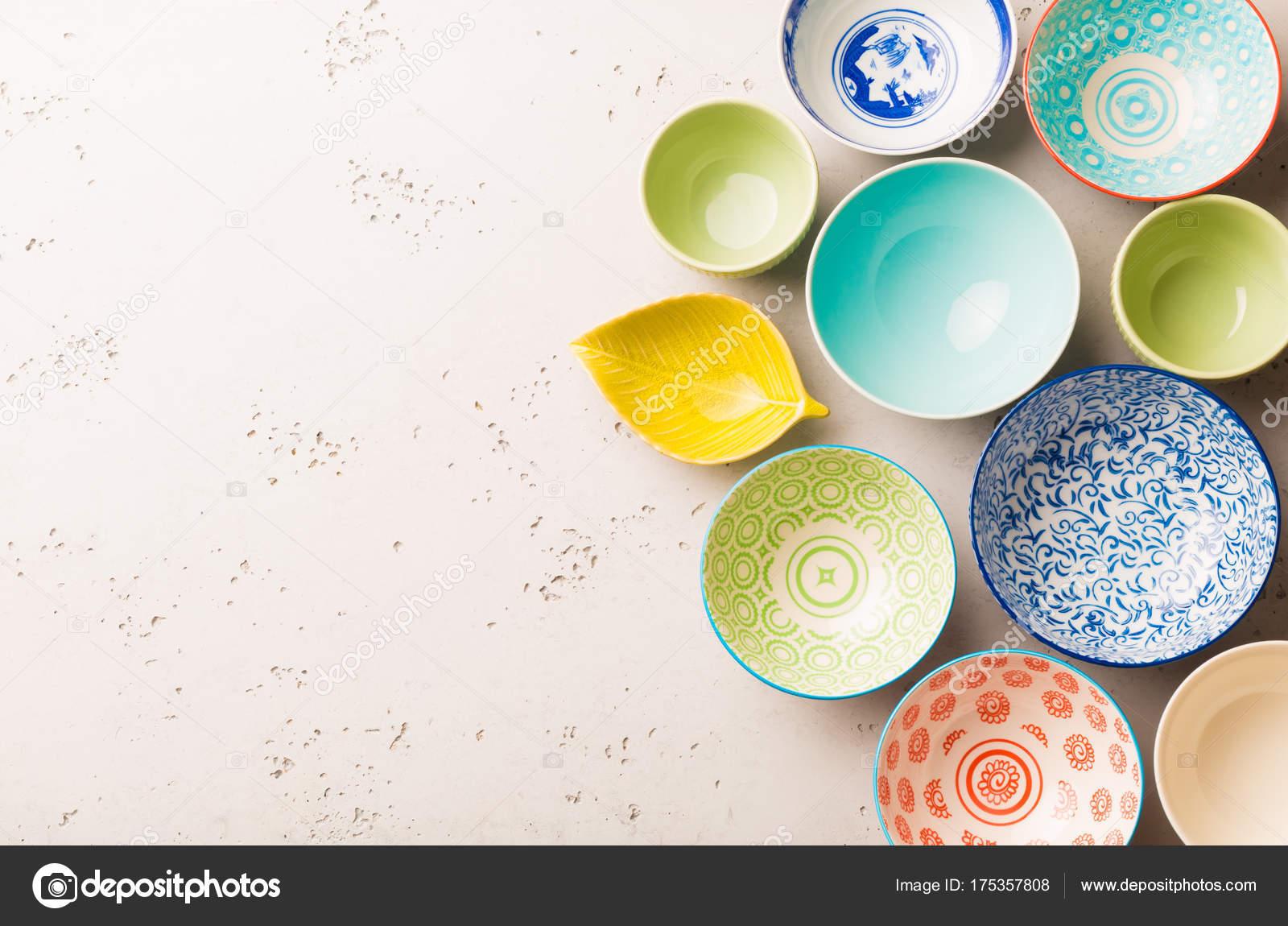 Sammlung Von Leeren Bunte (Pastell) Dekorative Keramik Schalen. Layout Von  Oben (Draufsicht, Flach Laien) Erfasst. Grauen Stein Hintergrund Mit ...