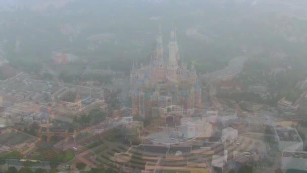 Luftaufnahme von Shanghai Disneyland nach der Wiederaufnahme des Betriebs im Shanghai Disney Resort bei starkem Smog in Shanghai, China, 11. Mai 2020.