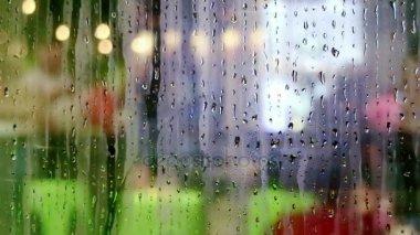 Gocce d 39 acqua che scivola sul vetro di finestra del for Finestra con gocce d acqua