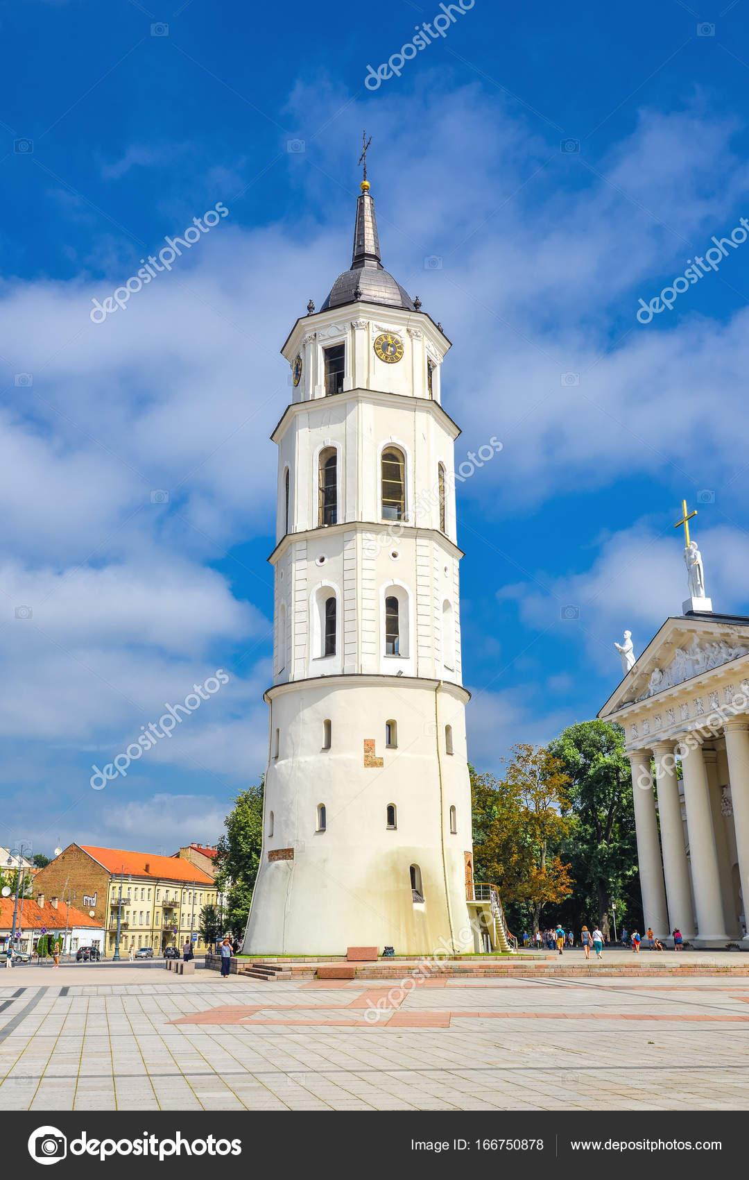 480d028d1d7 ... Όμορφο καμπαναριό και Βίλνιους Βασιλική καθεδρικό ναό των Αγίων  Stanislaus και Βλαδίσλαου β και το φωτεινό μπλε ουρανό, σύννεφα, Βίλνιους  Λιθουανίας.