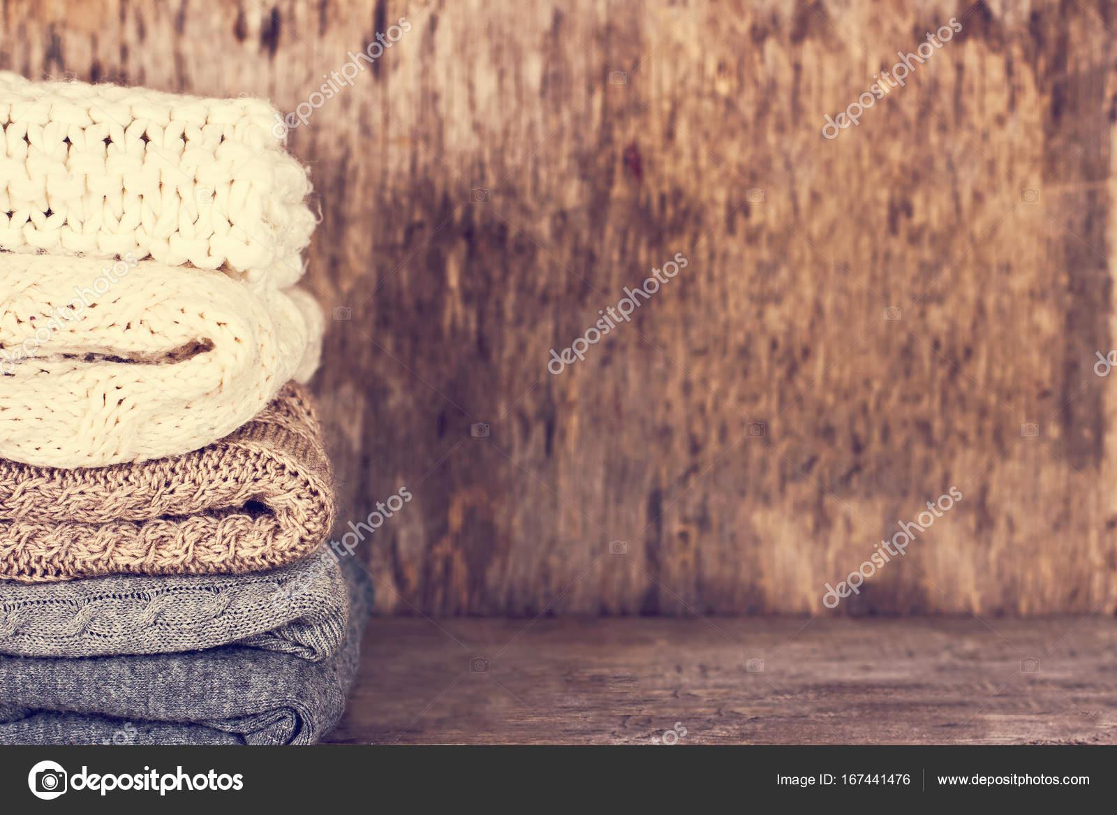 fa58ff21d549 Μια στοίβα από μάλλινα πουλόβερ