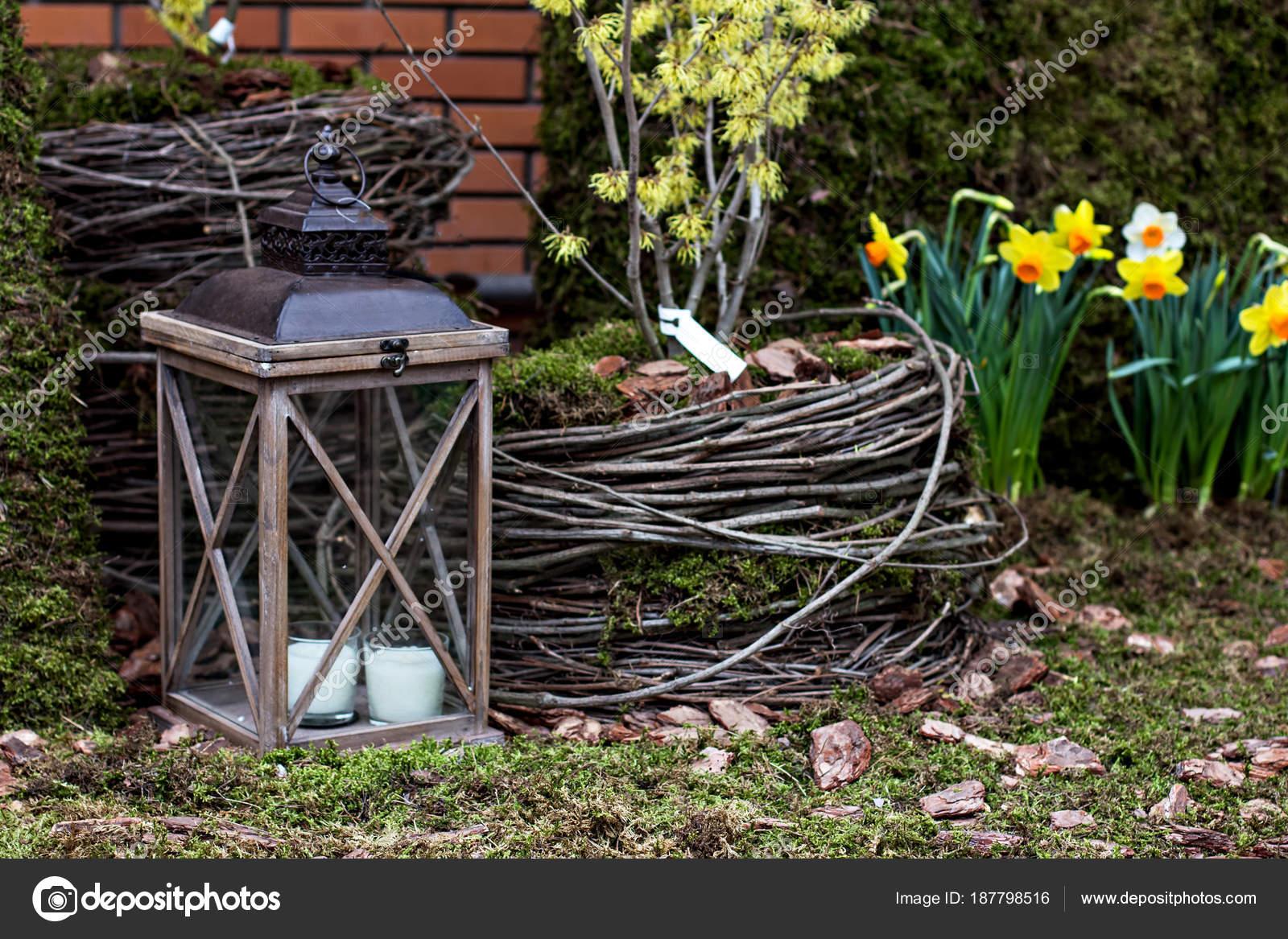 Samenstelling van de tuin in een decoratieve lantaarn tuin