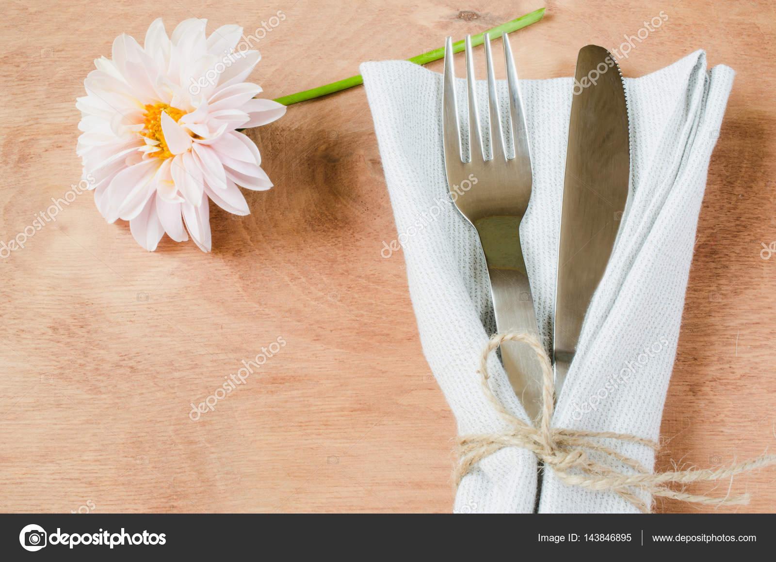 Rustikale Tischdekoration Fruhling Mit Frischen Blumen Stockfoto