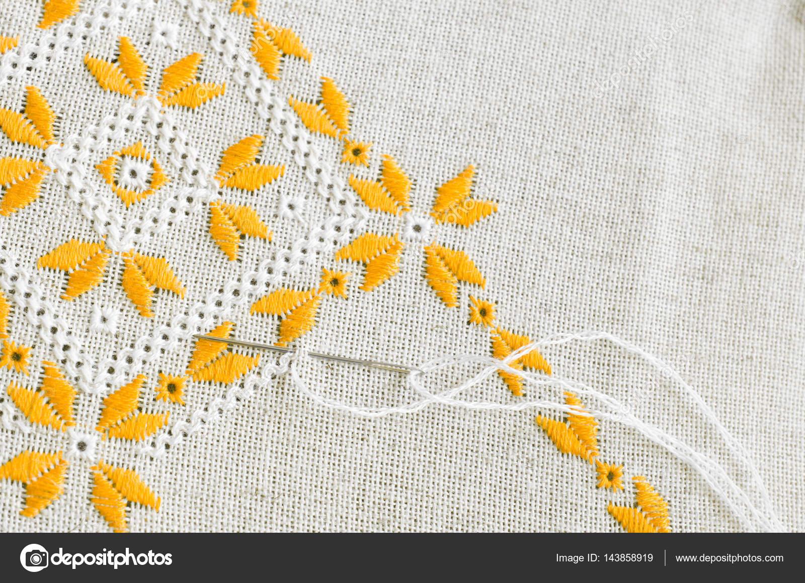 Bordado a mano en lino. Bordado artesanal — Foto de stock ...