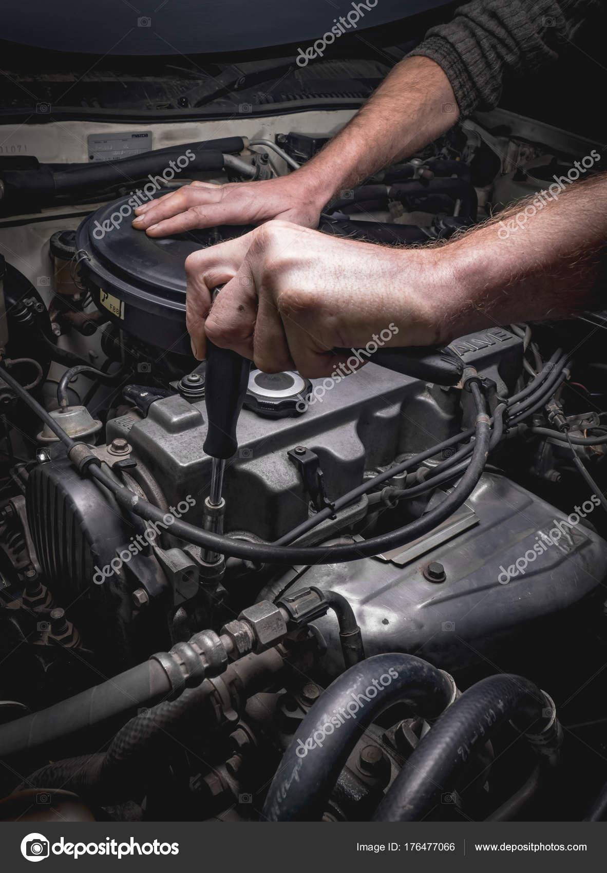Hand der Automechaniker mit einem Schraubenschlüssel — Stockfoto ...