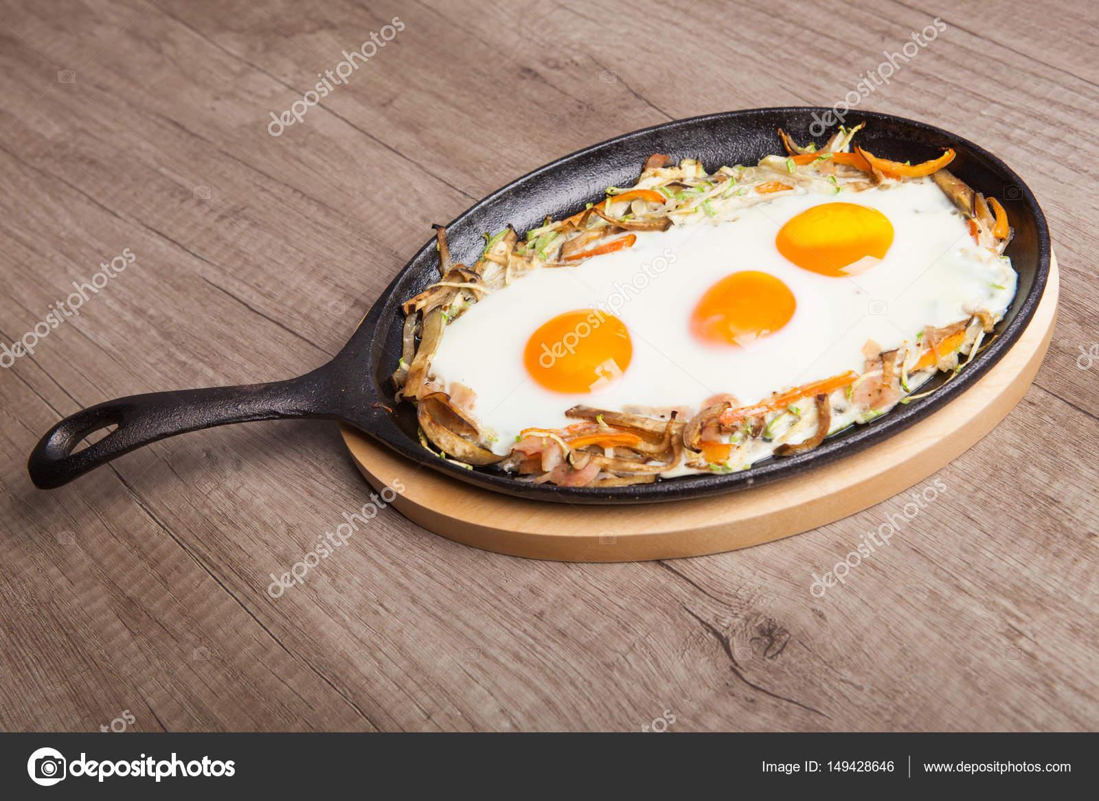 Gesundes Frühstück - Spiegeleier mit Gemüse in pa — Stockfoto ...