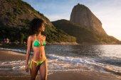 Mladá krásná brazilská žena na pláži