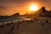 Západ slunce v pláži Copacabana v Rio de Janeiru