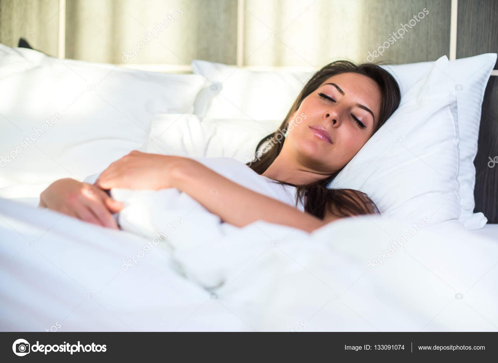 фото девка спальне