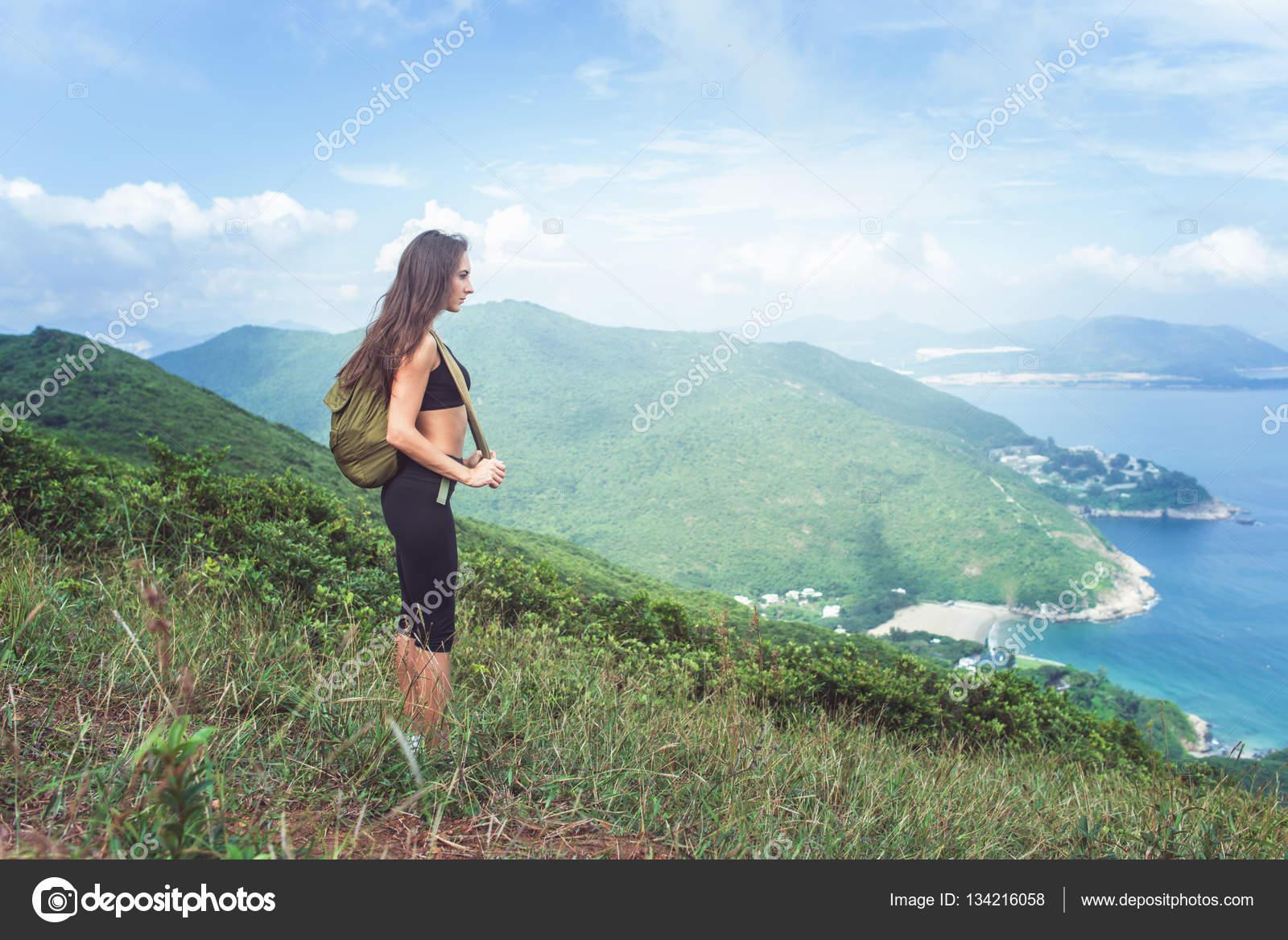fa2184551961 Фоторюкзак: женский. Рюкзак женский путешественник, стоя на холме ...