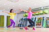 Fotografie Zwei glückliche Frauen Fitness-Modelle Zumba tanzen