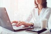Ženy OSVČ, student nebo blogger psaní na klávesnici