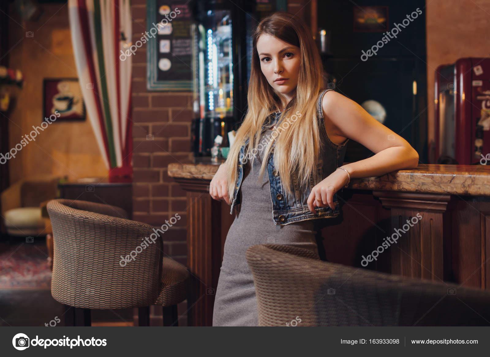 Девушка сидящая у барной стойки #6