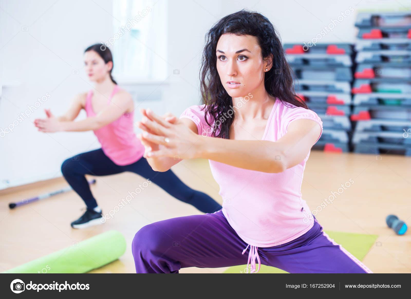 951605431 Forma las mujeres haciendo estocadas laterales, ejercicios para piernas,  caderas y glúteos - mujeres haciendo ejercicios para gluteos — Foto de  undrey