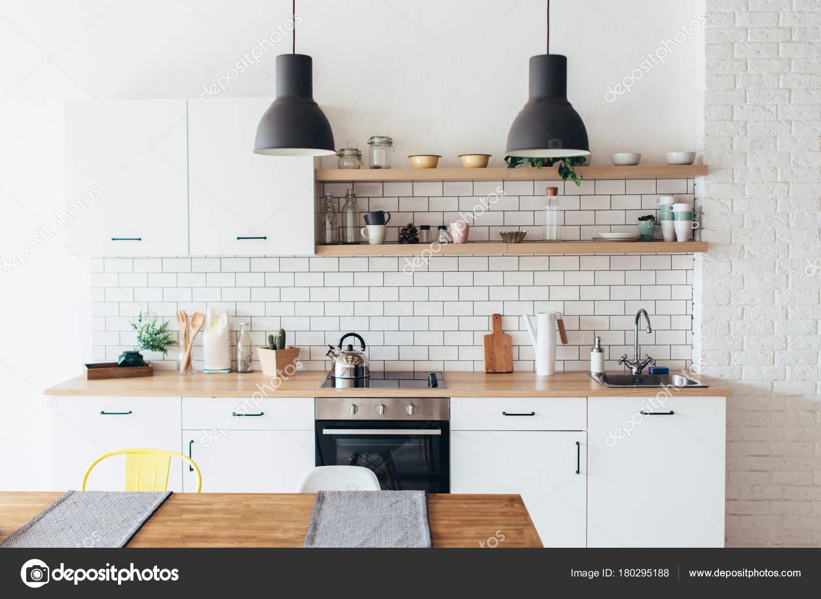 Tavoli Da Pranzo Bianchi.Nuovi Interni Luce Moderno Della Cucina Con Mobili Bianchi E Tavolo