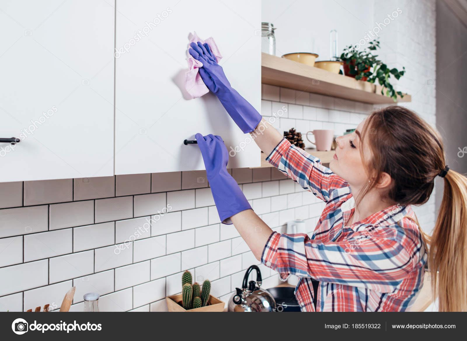 Frau in Latex Handschuhe Reinigung Küchenschrank — Stockfoto ...