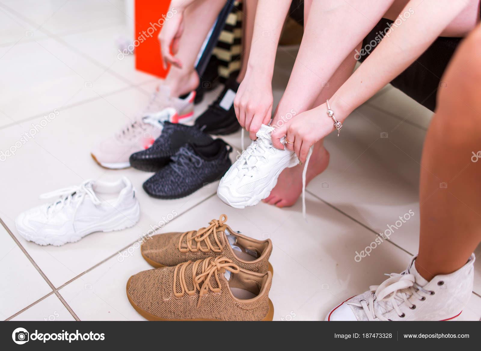 Imagen Deportes Recortar Los En De Adolescentes Probando Zapatos DIeYE9WH2b