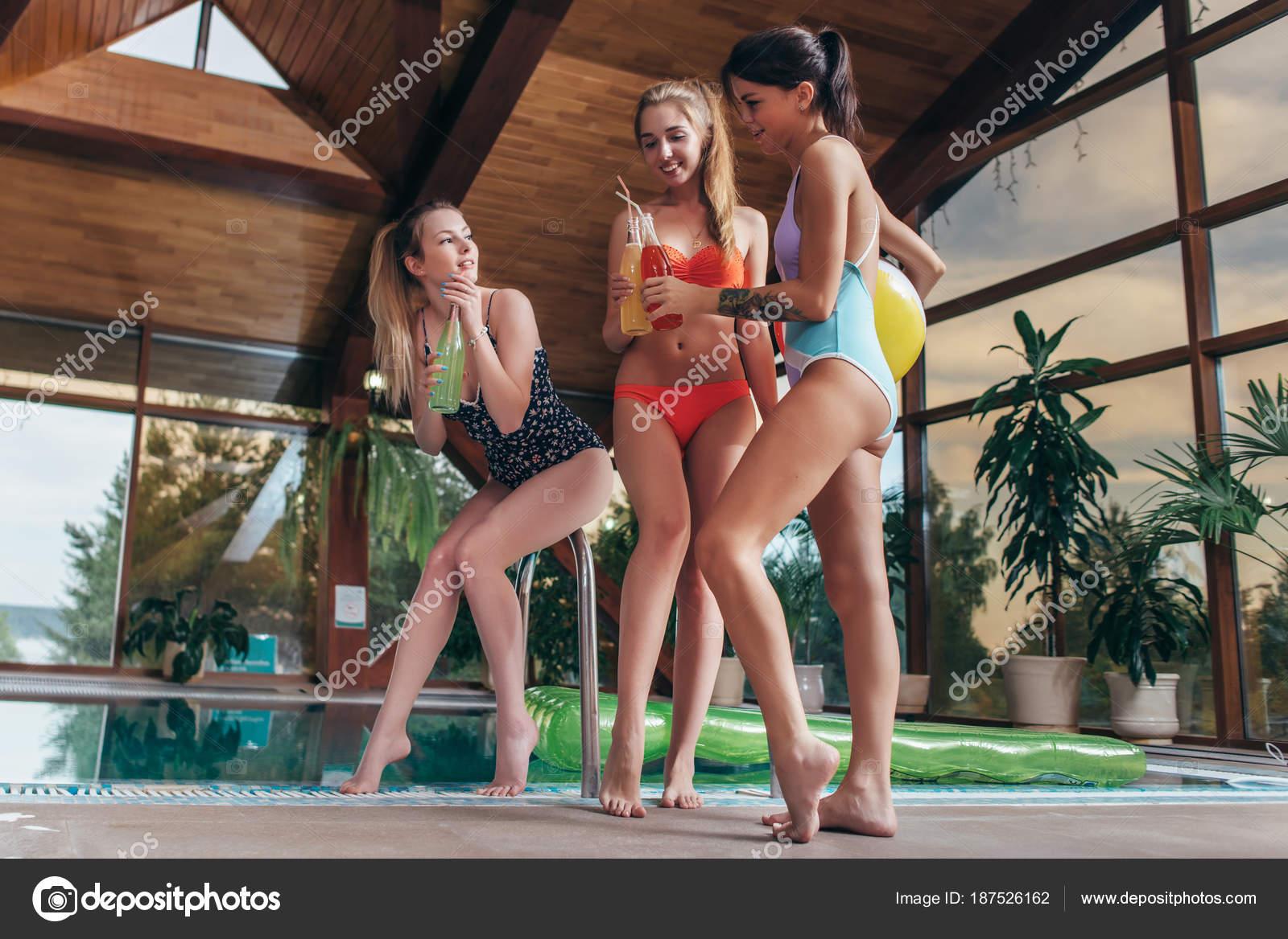 Три подружки у бассейна
