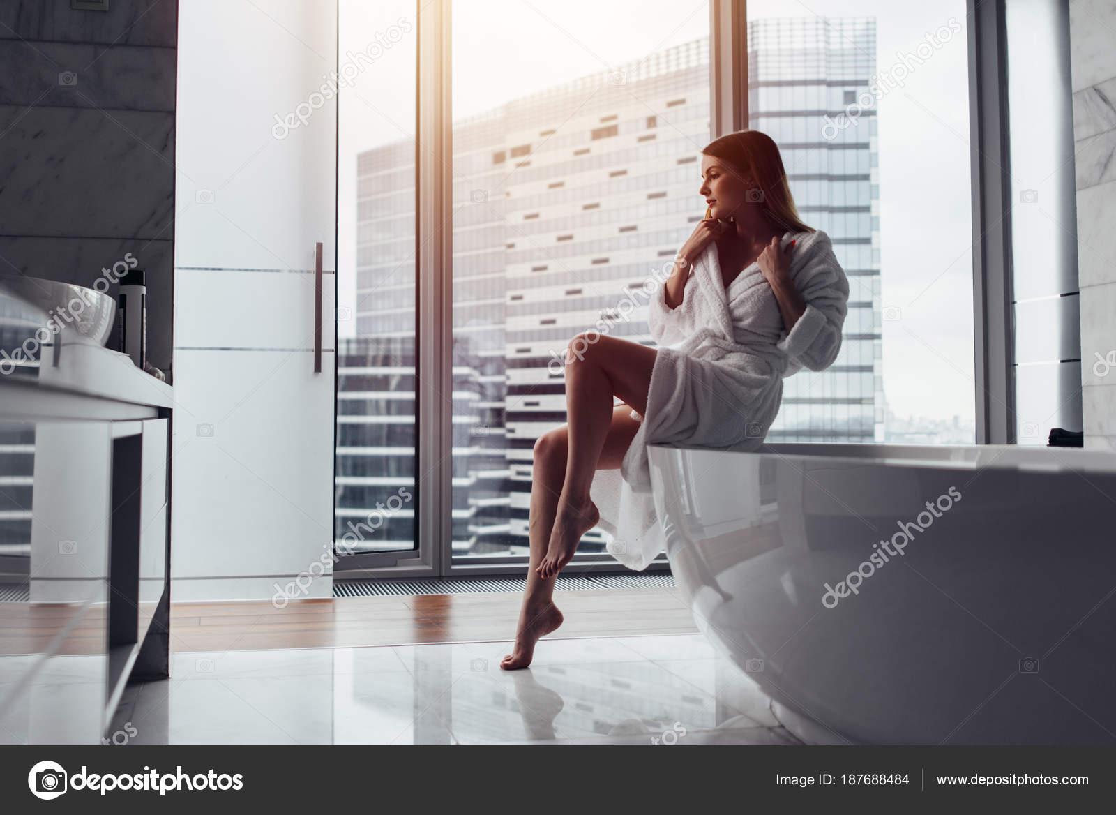 Молодой со зрелой в ванной