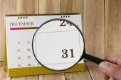 Zvětšovací sklo v rukou kalendáře můžete podívat třicet jedna dat