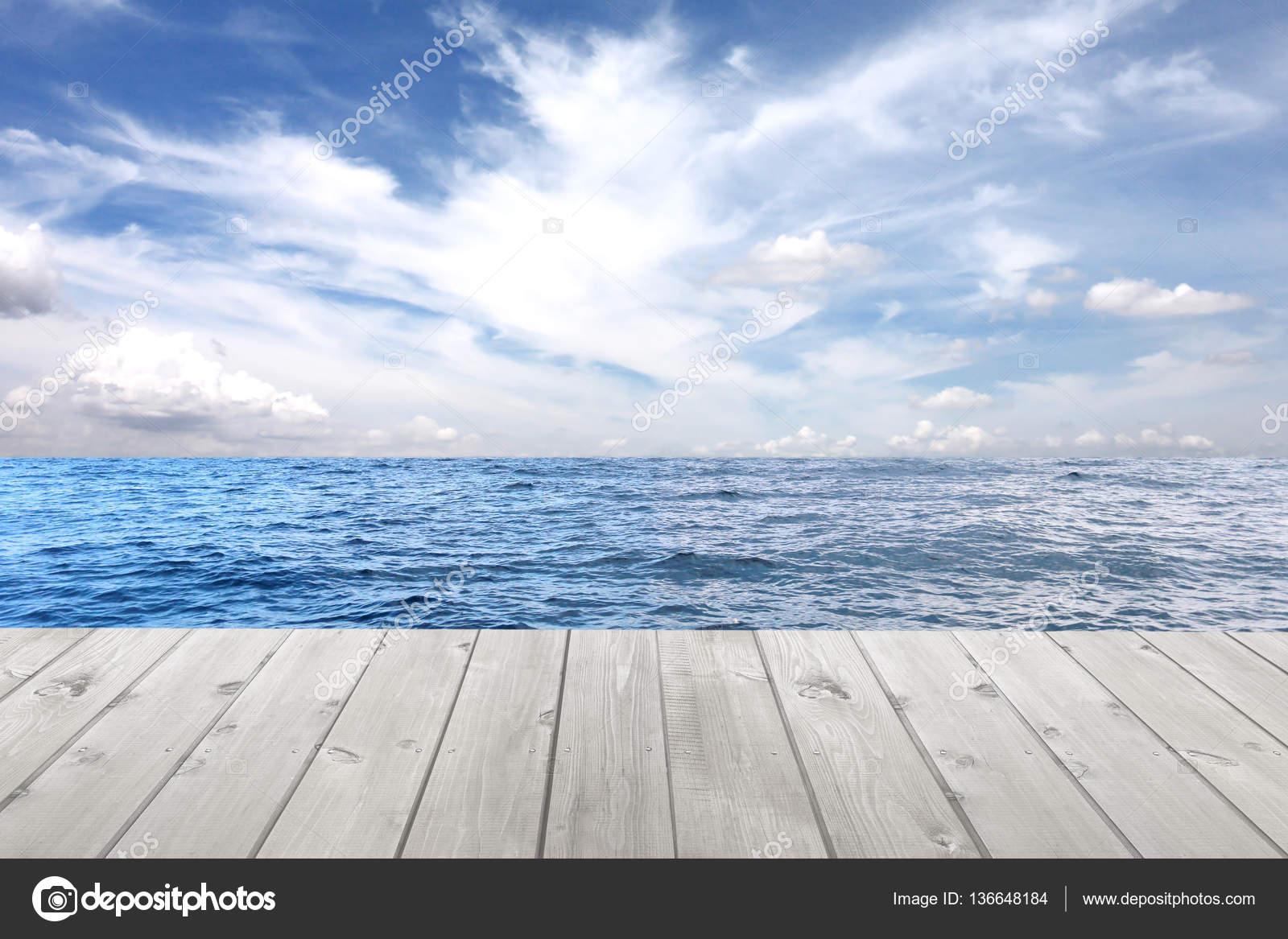 Onda Del Mare E Pavimento Di Legno Vuoto Su Sfondo Blu Cielo Foto