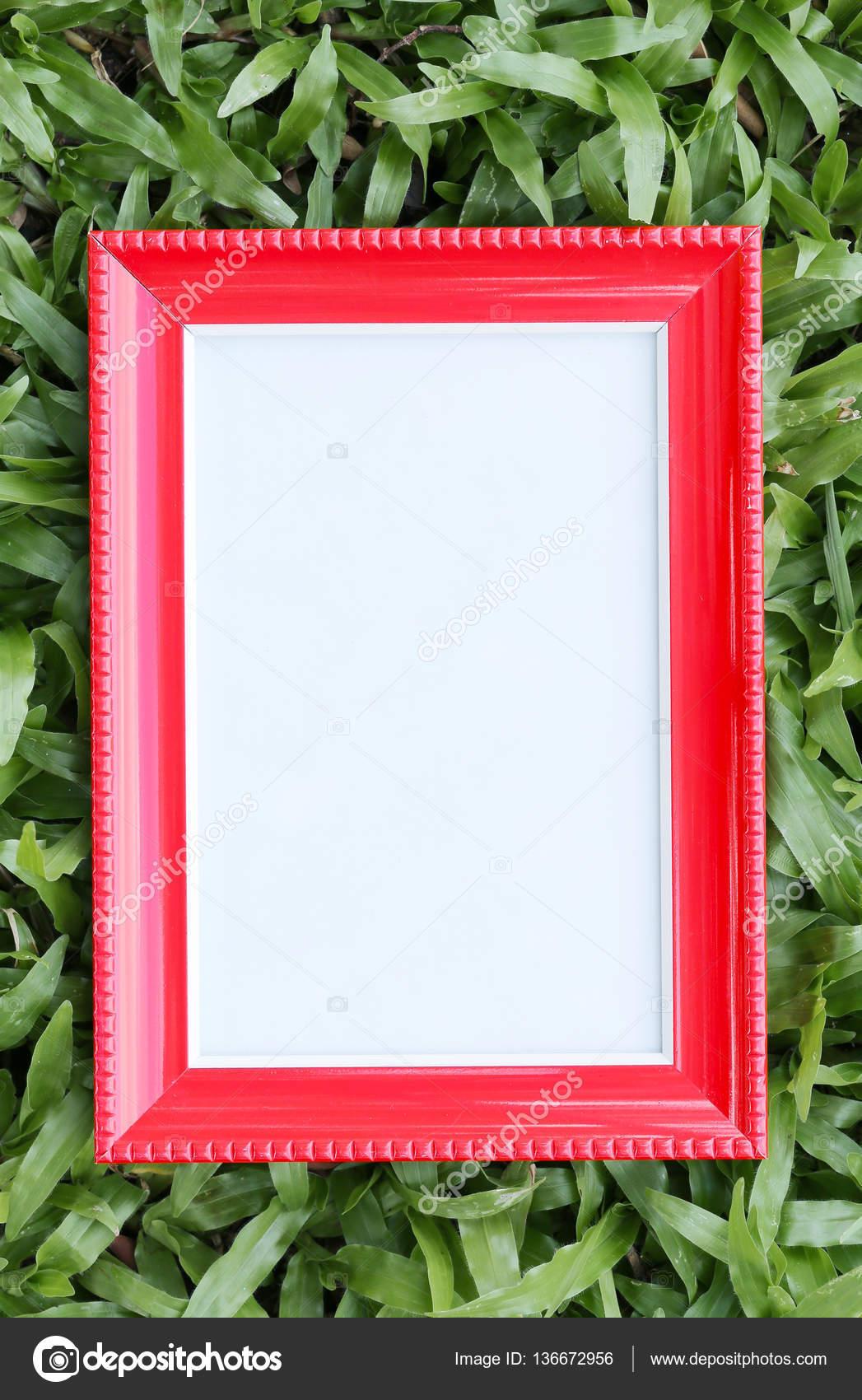 Roten Bilderrahmen auf grünen Rasen in der Draufsicht — Stockfoto ...
