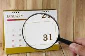 Zvětšovací sklo v rukou kalendáře můžete podívat třicet jeden den