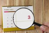 Zvětšovací sklo v rukou kalendáře můžete vypadat třetí den m