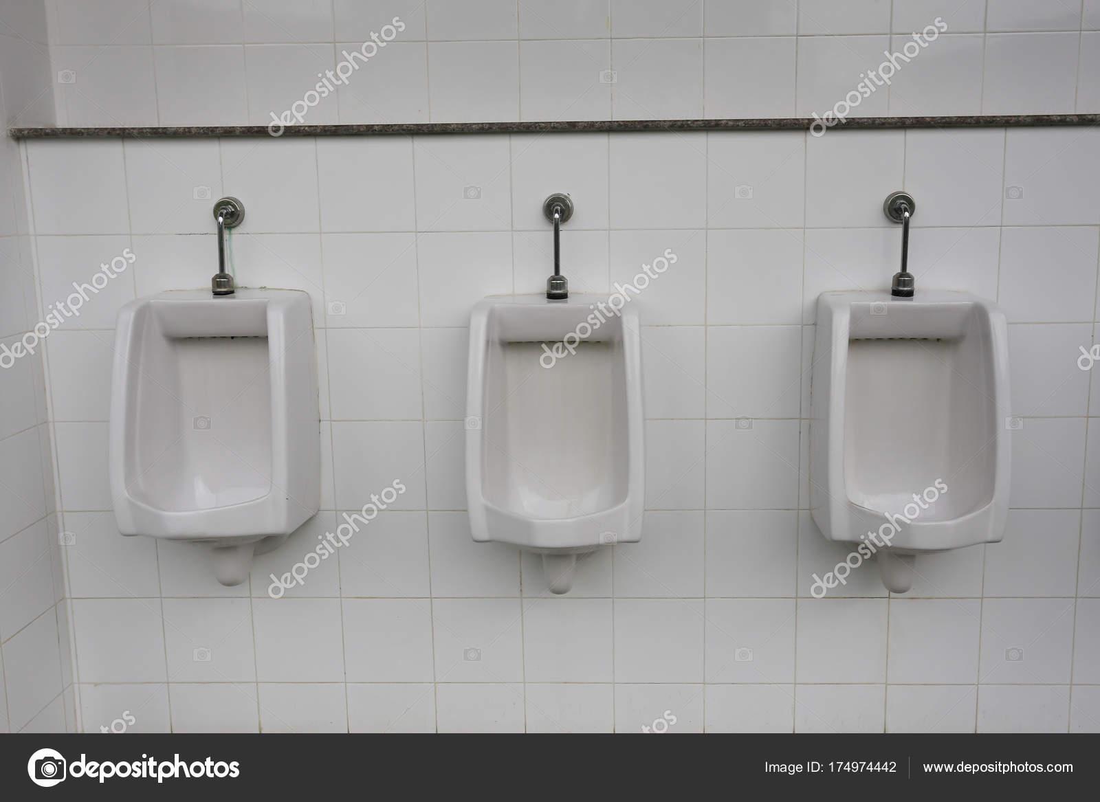 Urinoir In Badkamer : Moderne urinoir in mannen badkamer u2014 stockfoto © meepoohyaphoto