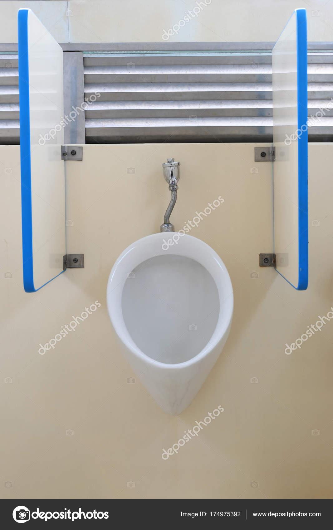 Salle De Bain Urinoir ~ urinoir moderne dans la salle de bain hommes photographie