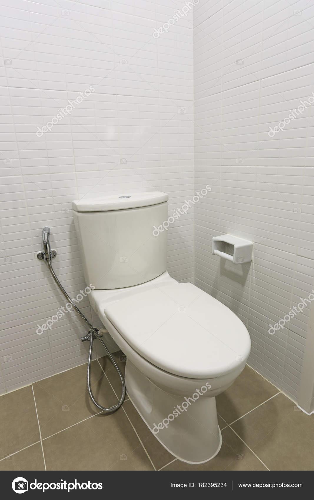 Moderne WC-Schüssel in einer Männer-Bad. — Stockfoto ...