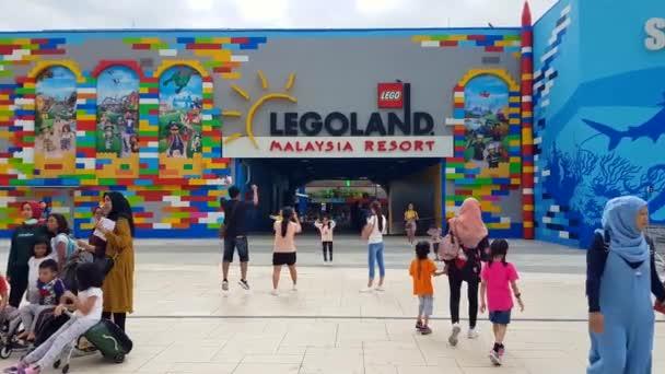 Johor, Malajsie - 27. prosince 2019: Turista u vchodu do Legolandu Malajsie