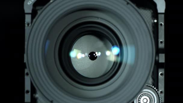 Nastavení clony profesionálního objektivu kamery, detailní záběr. Otevírání a zavírání bránice, přední pohled. Fotografický koncept. Selektivní zaměření s mělkou hloubkou pole.
