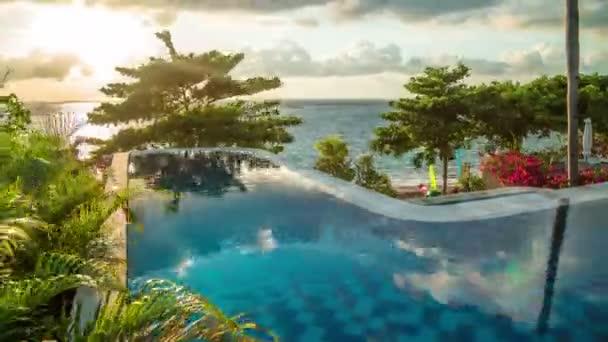 die Reflexion der schönen Wolken im Infinity-Pool bei Sonnenaufgang mit Meerblick