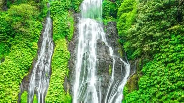 Timelapse zblízka tajemství Bali jungle vodopád Banyumala, Indonésie