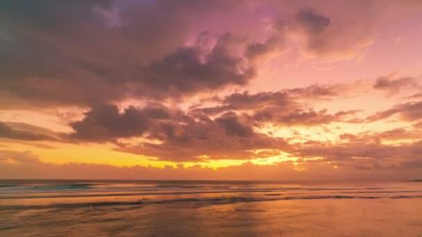 Timelapse moře západ slunce na ostrově Nusa Ceningan, Indonésie