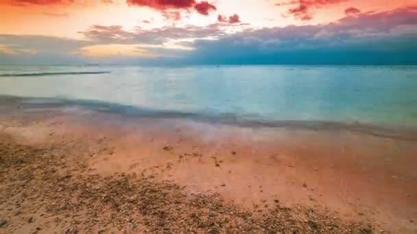 Timelapse západ slunce na pláži ostrova Nusa Lembongan, Indonésie, Bali